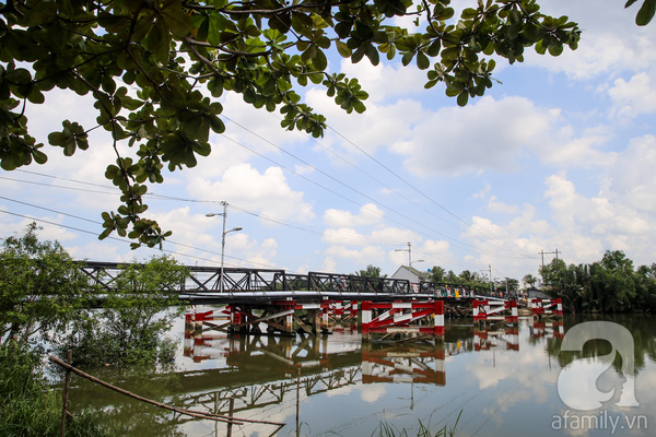 Trên tuyến đường Lê Văn Lương, con đường huyết mạch nối Long An, huyện Nhà Bè vào trung tâm thành phố có 4 cây cầu sắt thường xuyên là nỗi ám ảnh của người đi đường mỗi khi đi qua. Đó là cầu Rạch Đỉa, Rạch Tôm, Rạch Rơi và cầu Long Kiểng. Trong ảnh là cây cầu Rạch Đỉa, nối quận 8 với xã Nhơn Đức (huyện Nhà Bè) có tuổi đời cả  nửa thế kỉ.