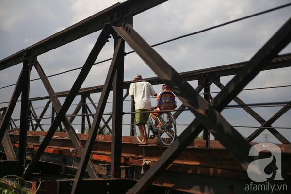 Còn ở cầu Rạch Tôm (thuộc địa bàn xã Nhơn Đức). Người điều khiển phương tiện qua đây không tránh khỏi cảm giác lo lắng, sợ hãi vì cầu xuống cấp, rung lắc dữ dội. Nhiều người già đi xe đạp chỉ dám dắt bộ qua cầu vì cầu hẹp và sợ xe lớn va quẹt phải.