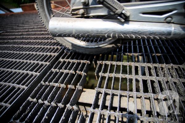 Và nhiều tấm sắt ở cầu Rạch Tôm đã bị gãy do quá cũ.