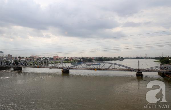 Trong khi đó, cây Cầu Bình Lợi (Q.Bình Thạnh) được xây dựng năm 1902, là cây cầu đầu tiên vượt sông Sài Gòn. Cầu được kết cấu vòm thép, có đường ray xe lửa, và đường phụ cho xe máy lưu thông 2 chiều.