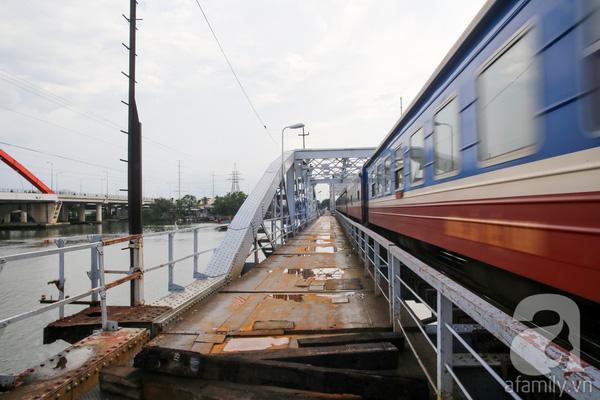 Cây cầu này là huyết mạch giao thông của thành phố, vừa cho tàu hỏa và cả người đi xe máy qua. Nhưng sau sự cố sập cầu Ghềnh (Biên Hòa), để đảm bảo an toàn thì lối đi phụ cho xe máy lưu thông hai chiều đã bị đóng lại.