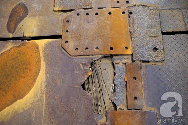 Nhiều đoạn sắt thép bị hư hỏng, ăn mòn nghiêm trọng, gia cố bằng gỗ nhưng gỗ cũng bị mục, mối mọt ăn.