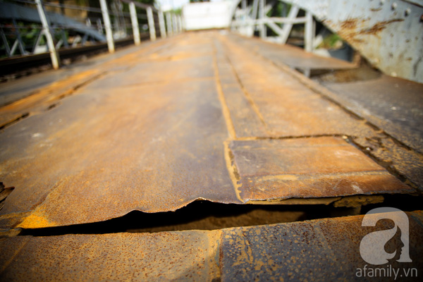 Mặt cầu bị thủng nhiều chỗ, từng mảng sắt đang chuẩn bị rơi rụng.