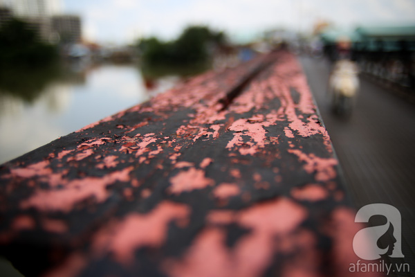Cầu xây dựng bằng sắt nên theo thời gian, gần như toàn bộ kết cấu sắt trên cầu đã hoen rỉ.