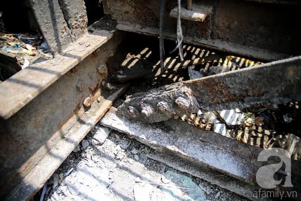 Nặng nề nhất vẫn là ở phần gầm cầu. Dễ dàng nhìn thấy những mối nối các thanh sắt ở gầm đã hoen rỉ rất nặng.