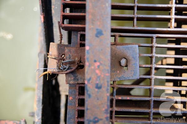 Nhiều bộ phận của cầu như thanh sắt, ốc vít bị  mục nát và không có ốc vít thay thế nên còn được gia cố bằng dây thép cũ kĩ. Nhiều đoạn giữa thành cầu và mặt cầu còn không có ốc vít giữa các mối nối.