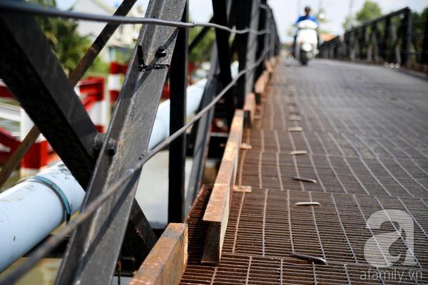 Tương tự, cầu Phước Kiểng trên đường Lê Văn Lương cũng trong tình trạng tương tự như cầu Rạch Đỉa. Ngoài cảnh cũ kĩ, sắt hoen rỉ thì dễ dàng nhìn thấy những mấu nối các tấm sắt đã bị long ra.