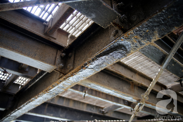 Dưới gầm cầu là những thanh sắt mục nát.