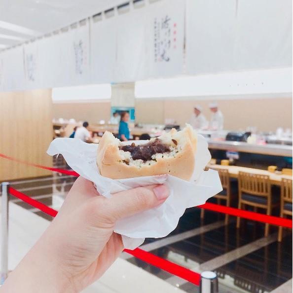"""Ngoài ra còn có rất nhiều món ăn khác hiện đang làm """"điên đảo"""" những """"thánh ăn"""" quà vặt ở Sài Gòn ngay khi trung tâm thương mại này chính thức khai trương cho đến nay. Ảnh: lenttaa"""