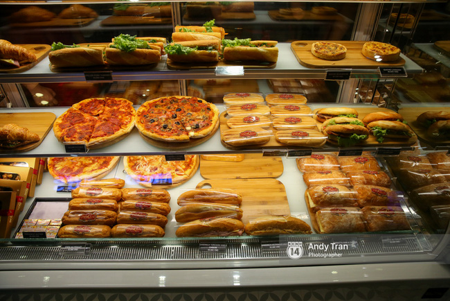 Và đây chính là thiên đường các loại bánh mì, pizza.