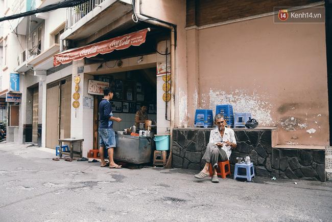 Quán cafe của ông bà Ba nằm trong con hẻm 330 Phan Đình Phùng, quận Phú Nhuận, 24h luôn mở cửa đón khách.