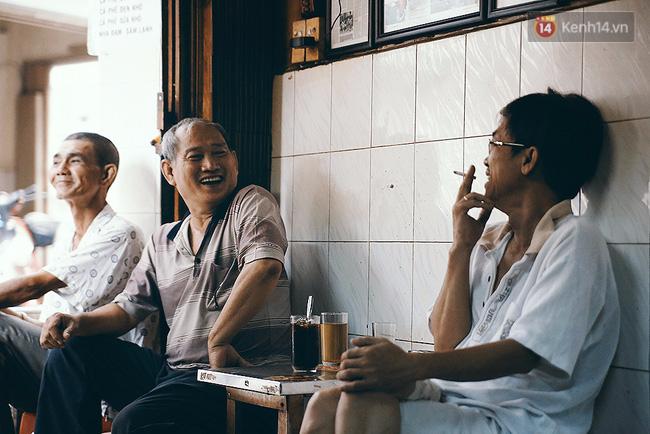 Những bậc cao niên gắn bó với Sài Gòn từ rất xưa là các vị khách quen thuộc của quán cafe này.