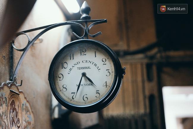 Chiếc đồng hồ cổ được ông bà mang về từ Thụy Sĩ như một dấu ấn thời gian để khách có thể cảm nhận được sự lâu đời của quán.