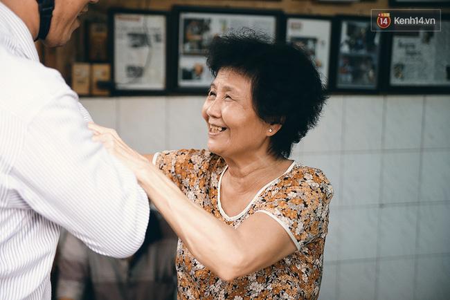 """Bà Ba là một người rất mến khách và cũng là một dân """"nghiện"""" cafe nặng."""
