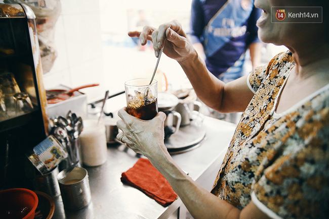"""Cứ pha xong một đợt cafe phục vụ khách, bà lại tự thuởng cho mình một ly cafe đá nguyên chất. Hỏi bà uống bao nhiêu ly cafe trong ngày, bà chỉ cười: """"Không đếm được!""""."""