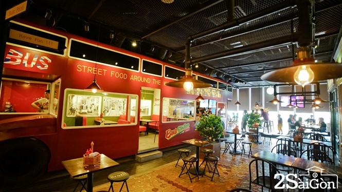 Quán 'độc' ở Sài Gòn: Thức ăn đường phố trên... xe buýt 1