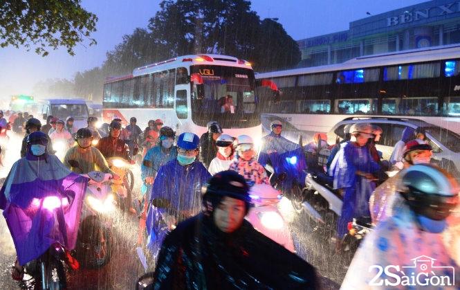 Dòng người xe di chuyển khó nhọc trong mưa tầm tã tại ngã tư Đinh Bộ Lĩnh – Nguyễn Xí (Q. Bình Thạnh) . Ảnh: Lê Phan