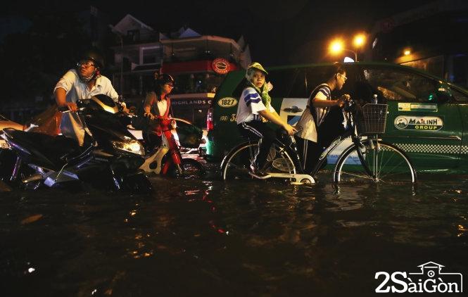 Nước ngập hơn nửa bánh xe trên đường Phan Xích Long, Q.Phú Nhuận. Ảnh: GIA TIẾN