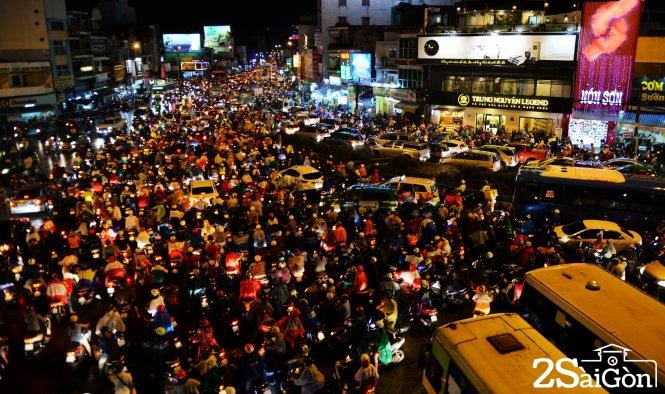 Giao lộ ngã tư Hàng Xanh đông kín người di chuyển chiều tối 26-8 ở TP.HCM. Ảnh: Hữu Khoa