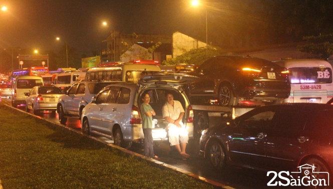 Cầu Bình Triệu tê liệt, xe cộ xếp kín tối 26-8. Ảnh: Đức Phú