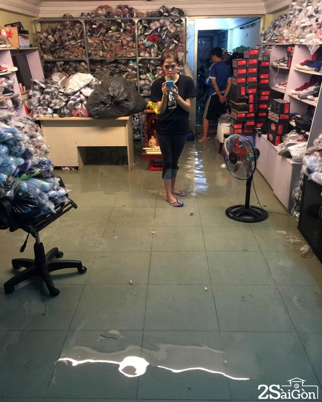 Cảnh ngập lụt ở một shop giày trên đường Đinh Bộ Lĩnh. Ảnh: Bạn đọc TRƯƠNG ĐỨC HẢI gửi lúc 18g48