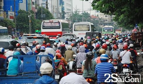 Sài Gòn kẹt xe lan sang... giờ lạ 2