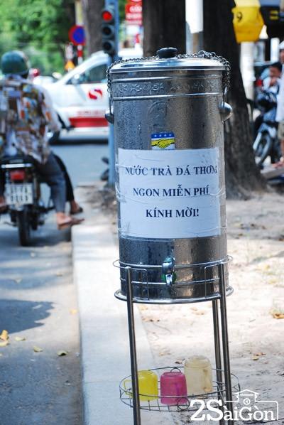 Trà đá miễn phí ven đường, một trong những cử chỉ đẹp của người Sài Gòn đầy nghĩa tình. Ảnh: Trần Duy
