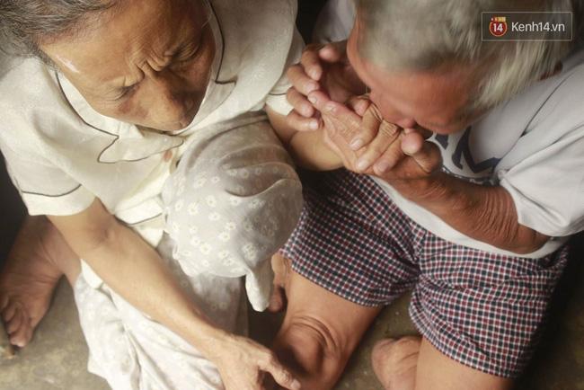 Tình yêu cảm động của người chồng cụt chân bán vé số nuôi vợ mù 3