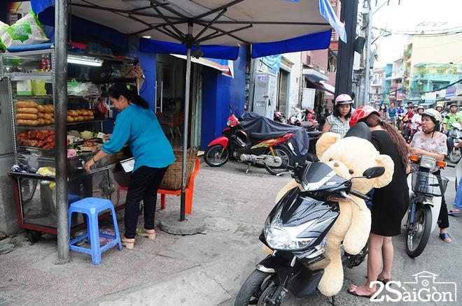 Xe bánh mì phá lấu 60 năm tại góc phố Sài Gòn 1