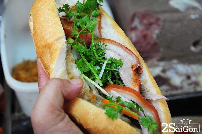 Xe bánh mì phá lấu 60 năm tại góc phố Sài Gòn 10