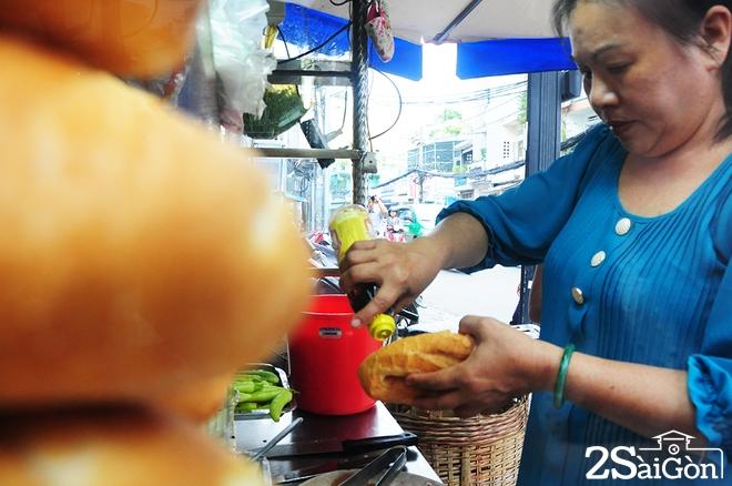 Xe bánh mì phá lấu 60 năm tại góc phố Sài Gòn 4