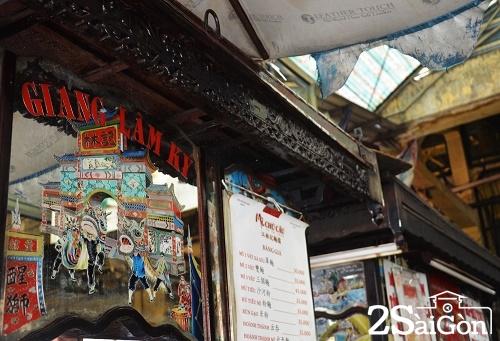 Hoa văn được chạm khắc trên mái với những điển tích vẫn còn vẹn nguyên trên thân xe.  Ảnh: Mỹ Phượng.