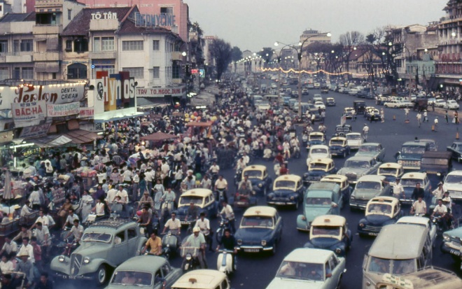 1-sai-gon-1969-ket-xe-tren-duong-le-loi-truoc-cho-ben-thanh-photo-by-cittmeyer-1474098810_660x0