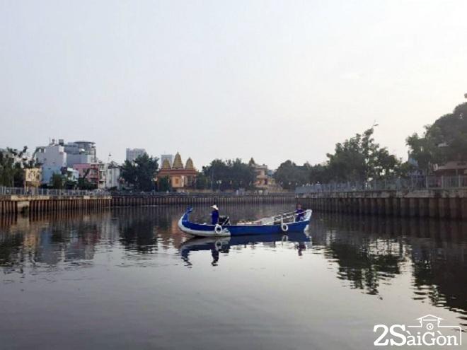 Tour du lịch sông nước này cho bạn cảm giác Sài Gòn bình yên và trầm mặc từ giai điệu từ chiếc kèn harmonica, những câu hát đờn ca tài tử. Thuyền xuất bến ở bến thuyền Lê Văn Sỹ (quận 3) hoặc bến Thị Nghè (quận 1), đưa bạn đi 4,5 km trên dòng kênh Nhiêu Lộc uốn lượn quanh co theo những thăng trầm của Sài Gòn. Giá cho một người đi trên thuyền Phụng (3-5 người/ thuyền) là 220.000 đồng và vé trên thuyền Qui (10-22 người/ thuyền) là 110.000 đồng.  Ảnh: Thảo Nghi.