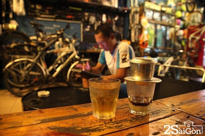 Không chỉ là thức uống, cà phê còn trở thành một nét văn hóa của người Sài Gòn. Đến nơi này lần đầu, hãy thử cảm nhận nhịp sống ấy qua những phong cách uống cà phê khác nhau. Sáng ngồi cà phê cóc ở vỉa hè, nghe người Sài Gòn bàn về mẩu tin trên tờ báo mới, trưa ghé quán cà phê của những người yêu nhiếp ảnh hay mê xe độ để thêm kết nối đam mê. Sài Gòn xưa trong quán cà phê vợt 50 năm không ngủ cũng là nét văn hóa bạn nên trải nghiệm. Ảnh: Tâm Bùi.