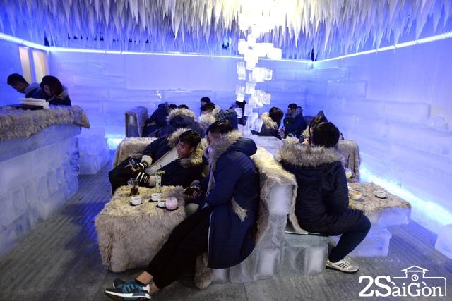 Quán cà phê làm từ băng là nơi được nhiều bạn trẻ ghé qua vì lần đầu được uống cà phê dưới nhiệt độ -10 độ C giữa Sài Gòn nóng bức.