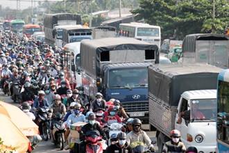 Đến khoảng 15h, dòng xe về càng đông khiến đoạn từ vòng xoay Trung Lương (TP Mỹ Tho) đến Thân Cửu Nghĩa (Châu Thành, Tiền Giang) thường xuyên xảy ra ùn tắc.