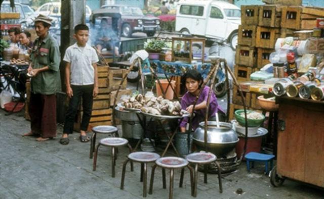 Gánh hàng cháo lòng bán tại chợ hoa, 1971.