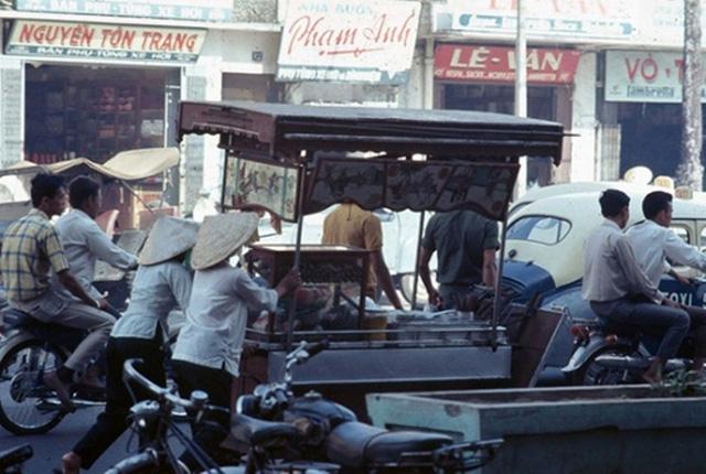Xe hủ tíu xưa được đẩy đi khắp thành phố.