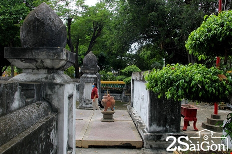 Trước mộ có một khoảnh sân nhỏ để làm lễ, nằm sau bình phong tiền. Ngôi mộ có các cột trụ trên có hình búp sen.