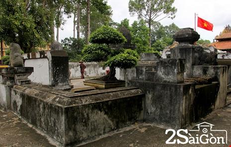 Bao quanh ngôi mộ là một bức tường bằng đá ong dày hình chữ nhật, thông ra tận sân đốt nhang đèn.