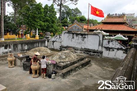 Mộ phần Tả quân Lê Văn Duyệt và phu nhân Đỗ Thị Phẫn đều được xây bằng hợp chất ô dước.