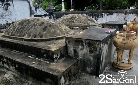 Phía trước mỗi mộ là lư hương cho người dân đến thắp nhang.