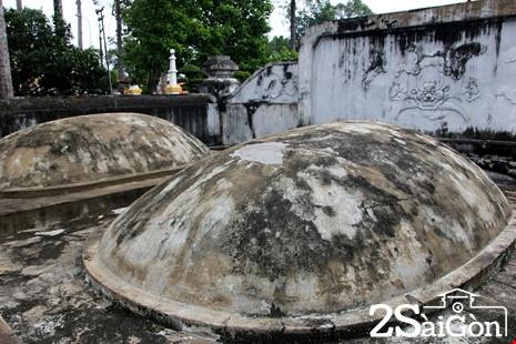 Phần mộ Tả quân Lê Văn Duyệt nằm bên tay phải.  Ngoài ra, ở đây còn hai phần mộ nhỏ của hai cô hầu.