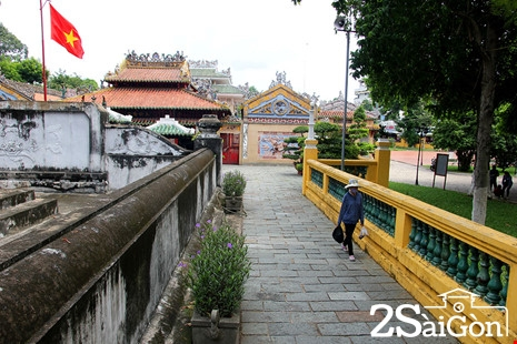 Bờ tường bao quanh toàn bộ khu mộ và miếu thờ.