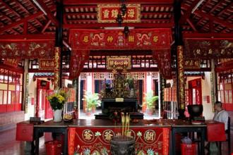 Miếu thờ bao gồm tiền điện, trung điện và chính điện.