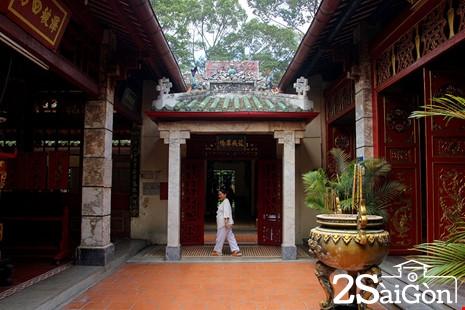 Mỗi gian điện thờ cách nhau bằng một khoảnh sân lộ thiên, gọi là sân thiên tỉnh (giếng trời).