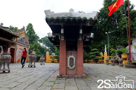 Dù trải qua nhiều lần trùng tu nhưng khu mộ vẫn còn giữ được nét kiến trúc độc đáo hiếm có của một di tích thời xa xưa. Trong ảnh: Kiến trúc lăng mộ từ cổng Tam quan vào gồm: nhà bia - lăng mộ - miếu thờ.