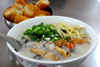 Ít ai ngờ giữa khu trung tâm Sài Gòn đông đúc và đắt đỏ lại có một quán ăn với giá bình dân. Tô cháo mực đủ no chỉ có giá 15.000 đồng.