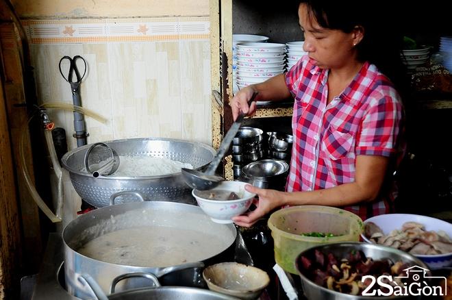 Quán ăn bình dân đã có mặt tại trung tâm Sài Gòn từ 21 năm nay. Ban đầu giá bán mỗi tô là 2.000 đồng, sau đó lên 5.000 đồng, 12.000 đồng, đến nay là 15.000 đồng.